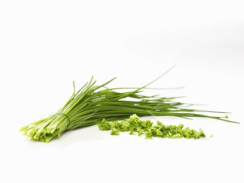 A bunch of chives and chopped chives