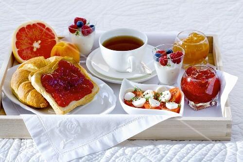 fr hst ck im bett mit tee marmelade joghurt obst und tomaten mit mozzarella bild kaufen. Black Bedroom Furniture Sets. Home Design Ideas