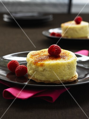 Caramelized vanilla cheese cake with fresh raspberries