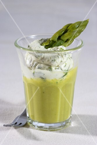 Asparagus soup with cream cheese and asparagus tips
