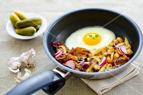 A farmer's breakfast with fried potatoes and a fried egg
