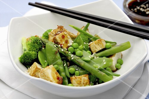 Grilled tofu with sesame and a green vegetable salad (Asia)