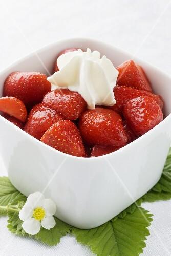 Strawberries with vanilla sugar and cream