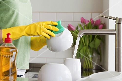 Frau beim Abwasch