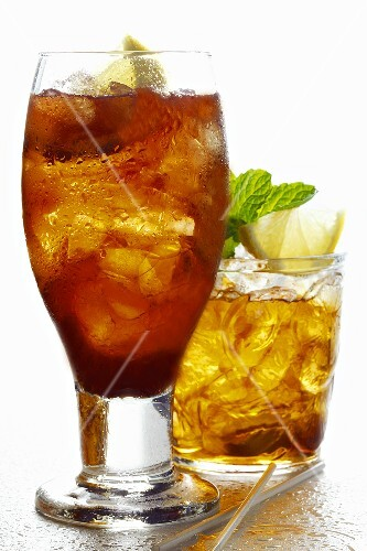 Two different iced teas with lemon
