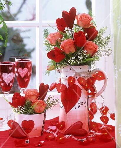 tischdeko mit blumen und lichterkette zum valentinstag bild kaufen 853417 stockfood. Black Bedroom Furniture Sets. Home Design Ideas