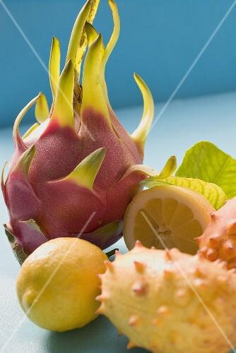Zitronen, Pitahaya und Kiwanos