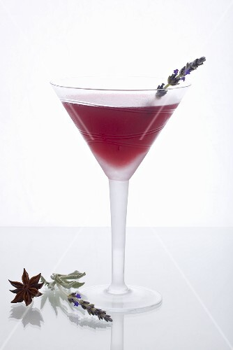Orange Blossom Cocktail (Wodka, Kirschlikör, Grand Marnier, Blutorangensaft), Sternanis, Lavendelblüten