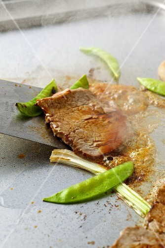 Beef Teppanyaki with mangetout (fried)