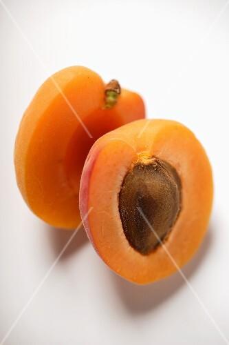 Aprikose, halbiert