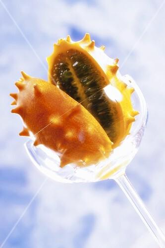 Kiwano, halbiert, im Glas
