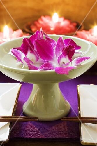 Thail ndische tischdeko orchideen in wasserschale kerzen bild kaufen 929481 stockfood - Orchideen tischdeko ...