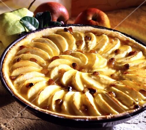 Apple tart with raisins