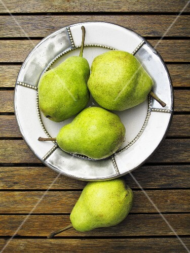 A plate of pears, seen from above