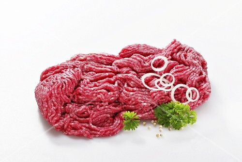 Freshly minced meat, onion rings and parsley