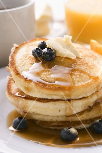 Pancakes mit Butter und Heidelbeeren zum Frühstück