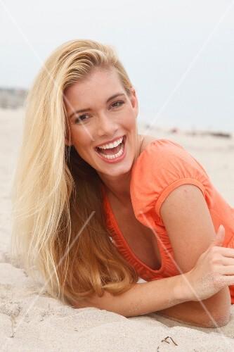 Frau Blonde Lange Haare Lacht In Die Kamera Relaxt Am