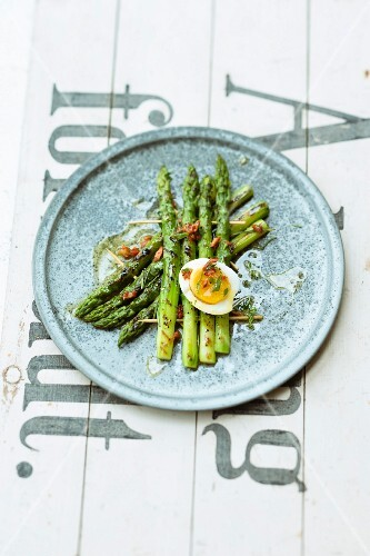 Green asparagus with a tomato vinaigrette and a boiled egg