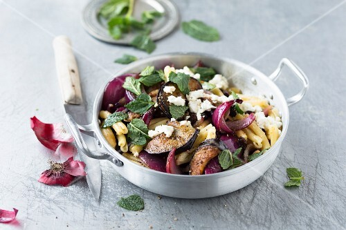 Pasta with aubergines, red onions, feta cheese, raisins and mint (Oriental)