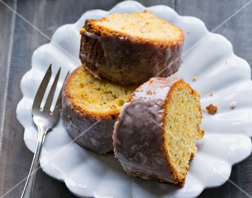 Slices of pumpkin cake with icing sugar (close-up)