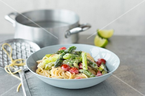 Pasta tre colori (spaghetti with green asparagus and tomatoes)