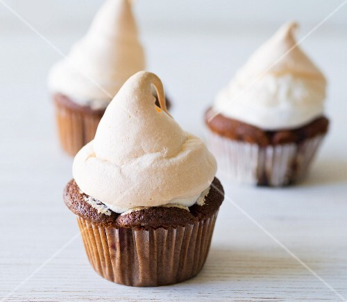 Redcurrant cupcakes topped with meringue (close up)