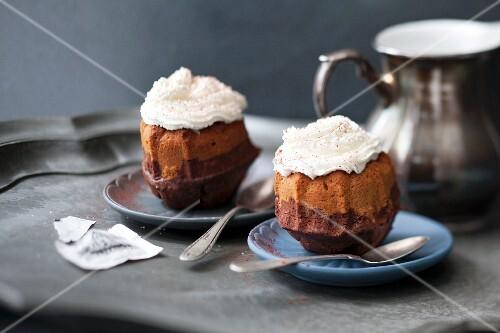 Mini latte macchiato Bundt cakes with cream