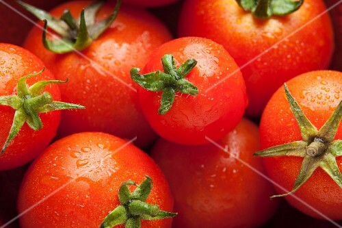 Freshly washed tomatoes (seen from above)