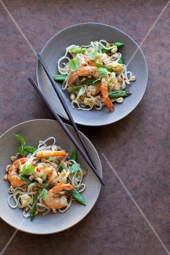Pad Thai (noodle dish, Thailand) with prawns and mange tout