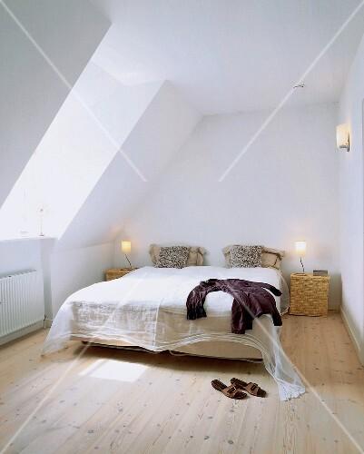 Bett Mit Organza Uberwurf Unter Der Dachschrage Buy Images