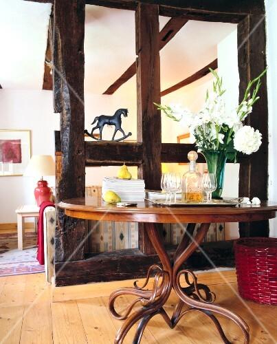 Raumteiler aus Balken trennt Sofa – Ecke und Tisch – Bild kaufen ...