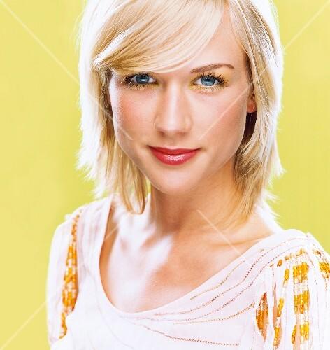 Frau Geschminkt Portrait Lächeln Blond Pony Mittellange Haare