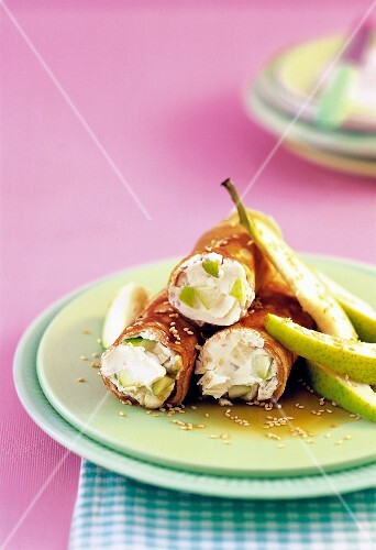 Spelt pancakes filled with pears and cream cheese