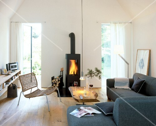 Wohnzimmer Mit Kaminofen Sofa In L Form Offene Terrassentüren