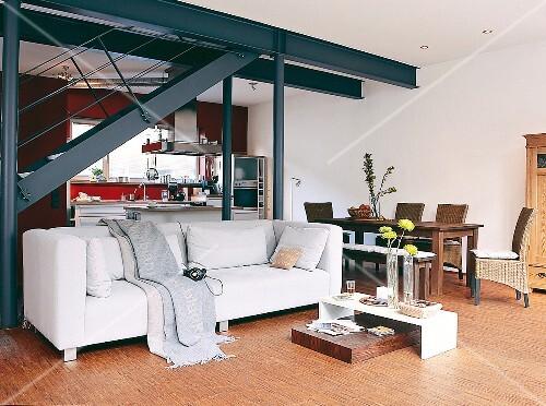 Wohnzimmer in Weiß, Stahlträger, Stahlsäulen, Holzelemente ...