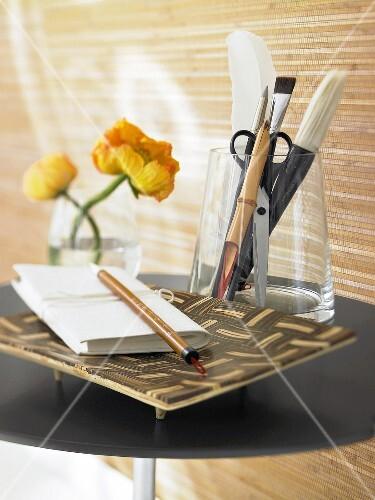 Schale Aus Bambus Darauf Ein Notizbuch U Stift Schreibwaren Im
