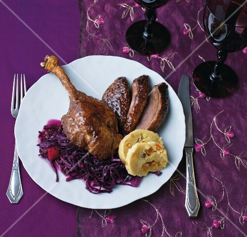 Goose leg with red cabbage and bread dumplings
