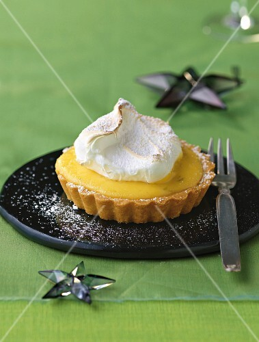 A lime meringue tartlet (Christmas)