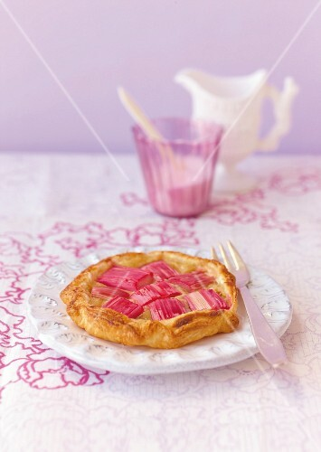 Rhubarb tartlet with almond and vanilla cream
