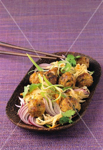 Meatballs with a cabbage salad and red onions (Asia)