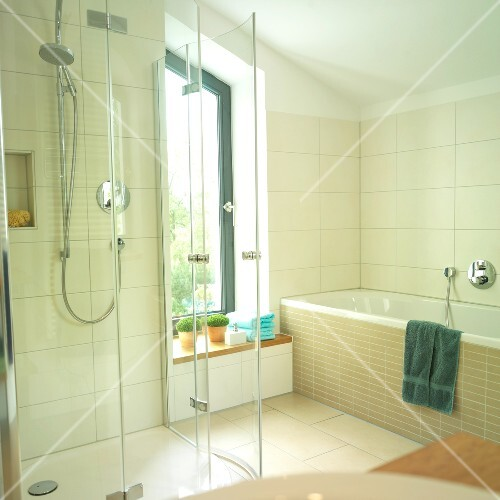 Badezimmer, Fenster, Glas- Duschkabine, Badewanne – Bild kaufen ...