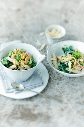 Penne with spinach and walnuts