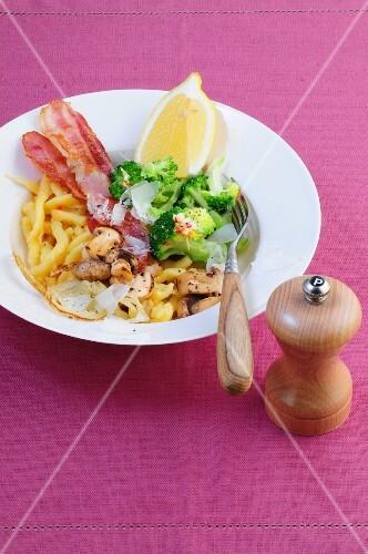 Spätzle salad with bacon, broccoli and mushrooms