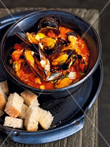 Mussels with tomato sauce served with white bread