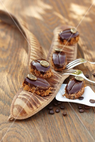 Coffee beans á la Blue Mountain: coffee mousse with crunchy crumbs