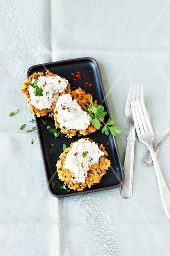 Wild rice cakes with Gorgonzola cream cheese and pears
