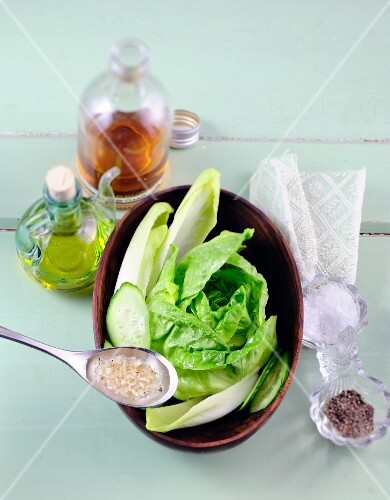 Lettuce with chicory, cucumber and vinaigrette