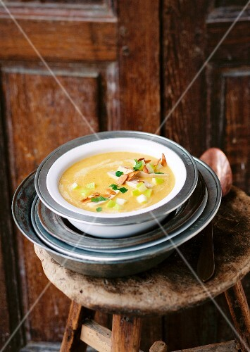 Mulligatawny (chicken soup with curry, England)