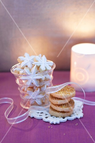 Swedish Christmas biscuits: Julkuchen and snowflakes