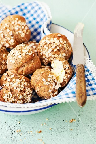 Sweet spelt rolls with oats and dried fruits